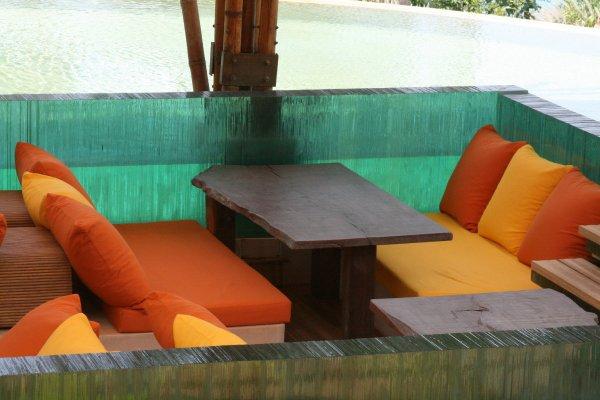 glass-sunken-bar-lounge-six-senses-soneva-kiri-resort