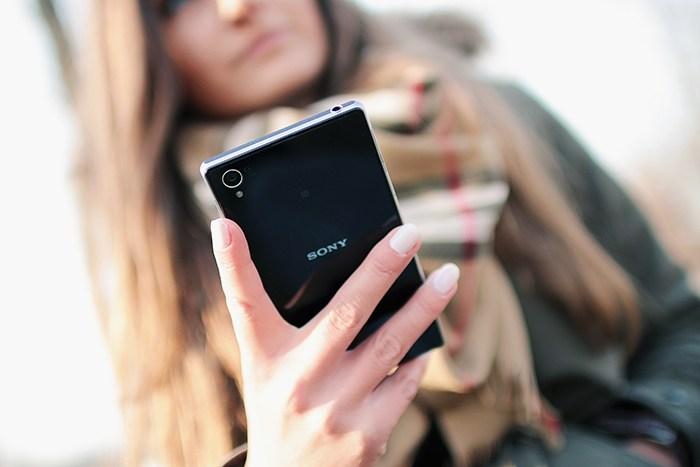 hand-person-smartphone-5000