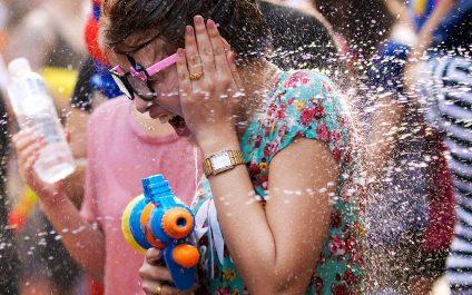 เปียกไม่กลัว กลัวไม่เปียก! 10 ไอเท็มกันน้ำที่คุณต้องมีไว้ก่อนตะลุยสงกรานต์